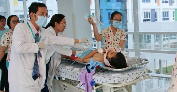 Hơn 20 y bác sĩ ròng rã 6 giờ cứu bé gái bị container tông nguy kịch