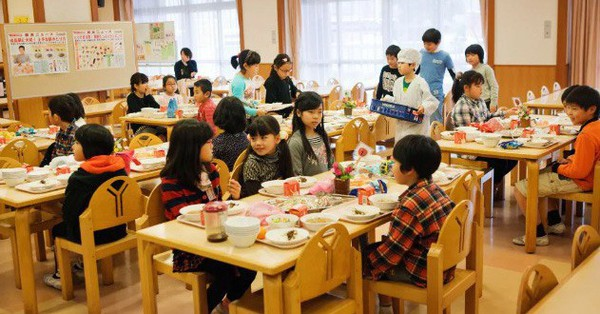 Tận mắt chứng kiến bữa trưa của học sinh Nhật Bản, càng thêm ngưỡng mộ đất nước này đối với thế hệ mầm non