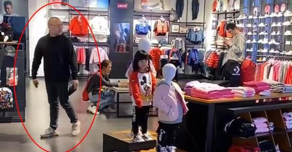 Giáp Tết đưa con gái đi trung tâm thương mại thì đột nhiên con biến mất, khi tìm thấy con, ông bố không khỏi