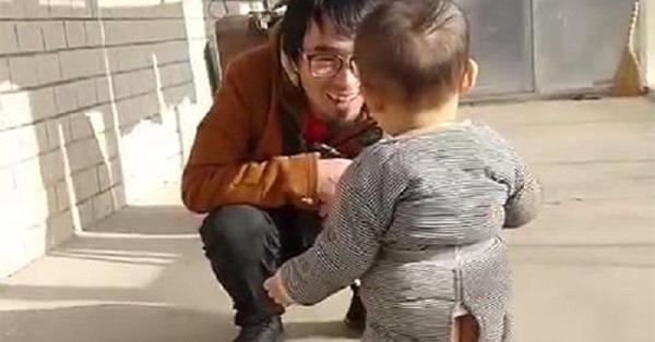 Bố đi làm xa về nhà ăn Tết, phản ứng của con trai 1 tuổi khi nhìn thấy người bố khiến ai cũng cay mắt