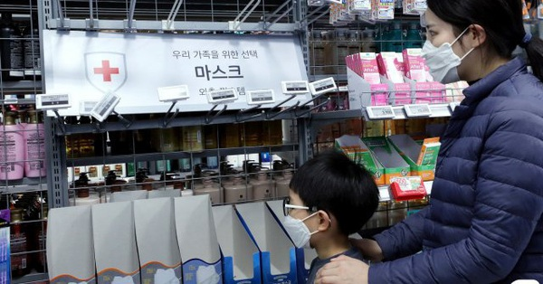 Hàn Quốc phát hiện 4 ca nhiễm virus corona, người dân đổ xô đi mua khẩu trang và nước rửa tay khiến doanh số bán ra tăng đến 7000%