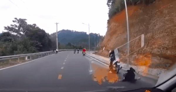 Clip: Đang đổ đèo, cô gái ngồi sau xe máy bất ngờ rơi xuống đường và cái kết khiến nhiều người kinh hãi