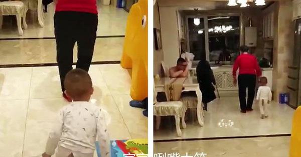 Em bé bắt chước dáng đi của bà khiến ai xem xong cũng phải cười bò vì quá