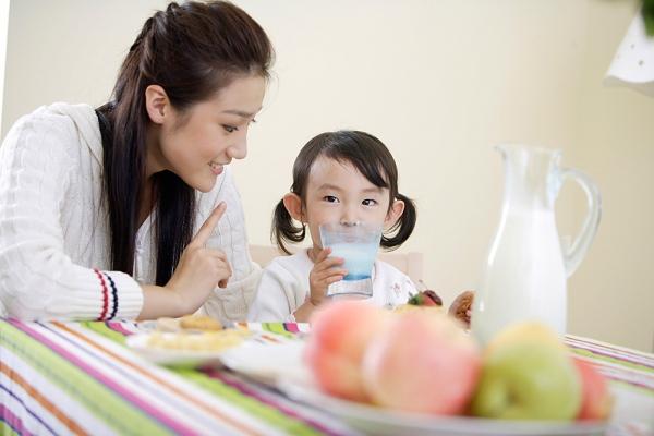 Những điều cần lưu ý khi cho bé uống sữa tươi 1