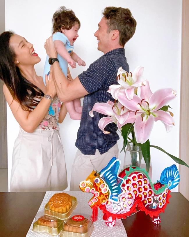 Á hậu Hoàng Oanh khoe khoảnh khắc ngọt ngào của gia đình nhỏ, quý tử gây chú ý nhất vì biểu cảm khi nhìn bố - Ảnh 2.