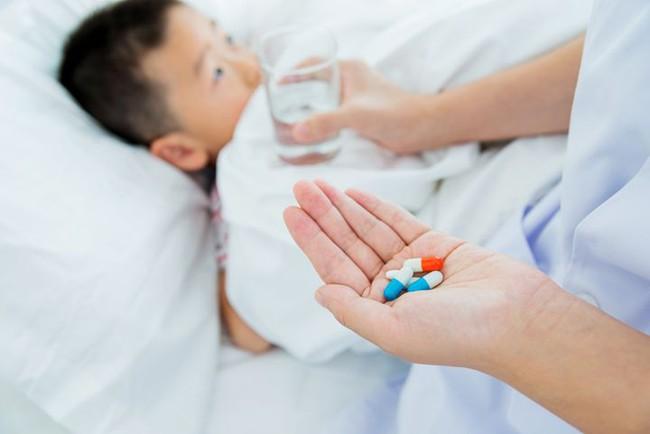 Điều tối kị khi cho trẻ dùng thuốc kháng sinh nhiều cha mẹ đang mắc phải - Ảnh 3.