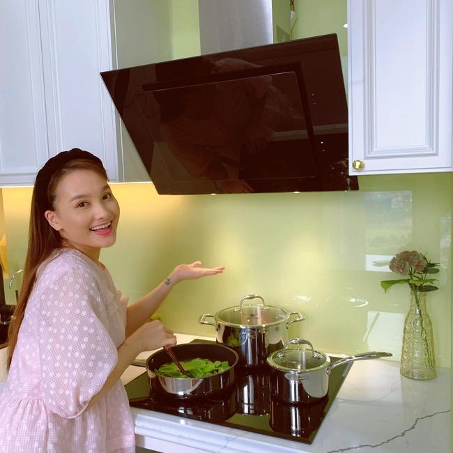 """""""Bà bầu"""" Bảo Thanh chăm chỉ nấu nướng cho gia đình nhỏ."""