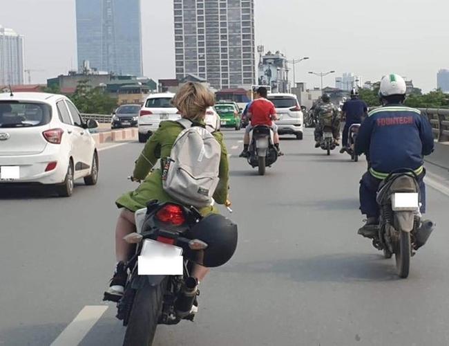 Chàng trai chạy 100km theo cô gái xinh đẹp đi xe phân khối lớn, nhưng khi thấy cô cởi mũ bảo hiểm liền suýt ngất vì