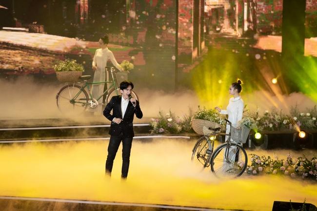 Lam Trường - Đan Trường song ca loạt hit đình đám, gây sốt sân khấu Bán kết Hoa hậu Việt Nam - Ảnh 1.