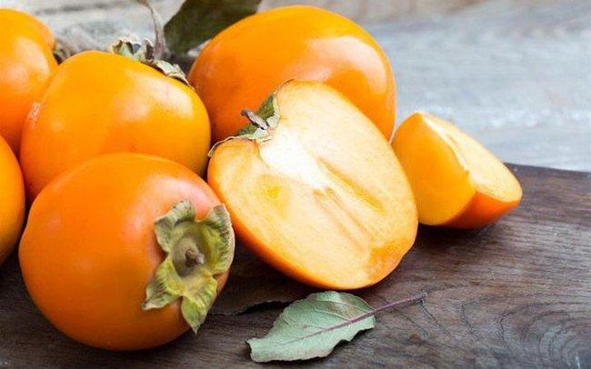 Bé gái 3 tuổi thủng dạ dày sau khi ăn hồng, vào mùa thu cảnh báo một số loại trái cây cẩn thận khi cho trẻ ăn - Ảnh 2.