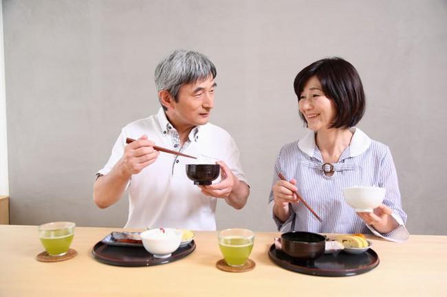 Cơ thể sẽ nhận được những lợi ích bất ngờ như giảm cân, ngừa lão hóa, tăng tuổi thọ… nếu ăn no đến 7 phần - Ảnh 2.