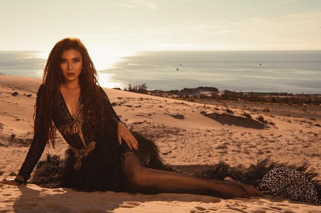 Không ngại thời tiết khắc nghiệt, nắng nóng bỏng rát, Thúy Diễm khoe trọn vẻ đẹp hoang dã, đầy quyến rũ trên đồi cát - Ảnh 2. Thúy Diễm khoe trọn vẻ đẹp hoang dã, quyến rũ trên đồi cát