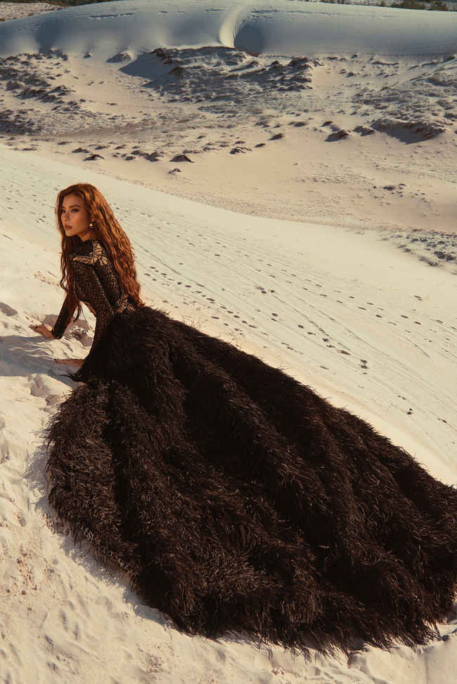 Không ngại thời tiết khắc nghiệt, nắng nóng bỏng rát, Thúy Diễm khoe trọn vẻ đẹp hoang dã, đầy quyến rũ trên đồi cát - Ảnh 6. Thúy Diễm khoe trọn vẻ đẹp hoang dã, quyến rũ trên đồi cát