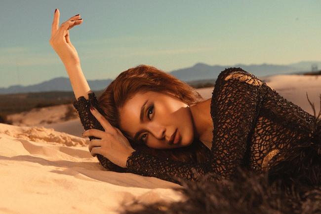 Không ngại thời tiết khắc nghiệt, nắng nóng bỏng rát, Thúy Diễm khoe trọn vẻ đẹp hoang dã, đầy quyến rũ trên đồi cát - Ảnh 7. Thúy Diễm khoe trọn vẻ đẹp hoang dã, quyến rũ trên đồi cát