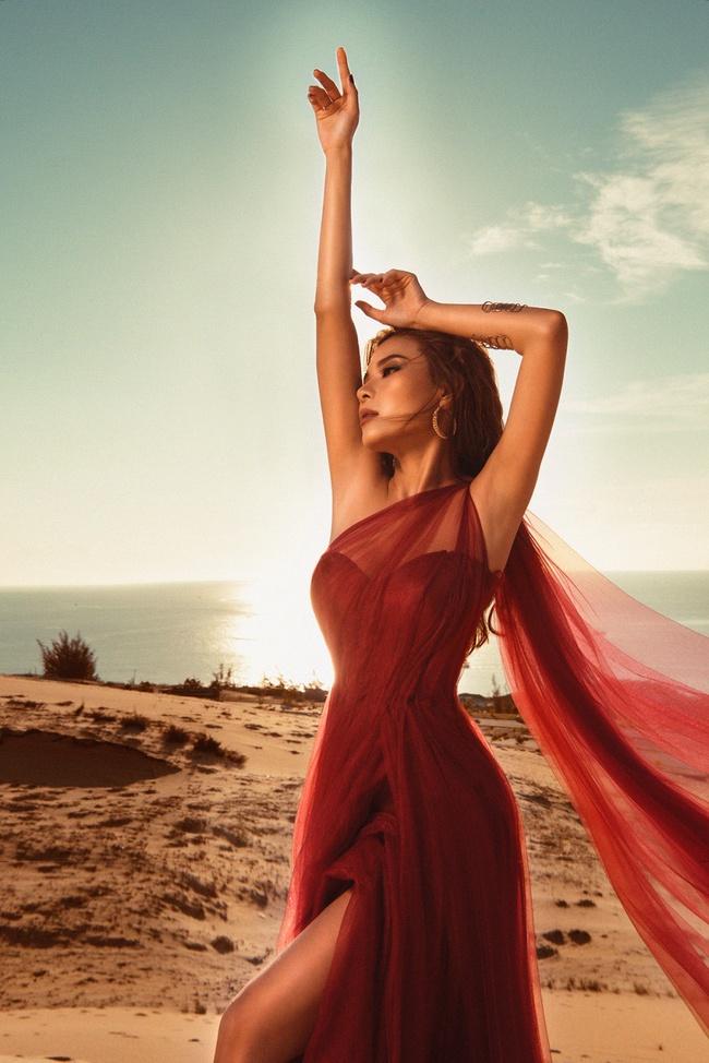 Không ngại thời tiết khắc nghiệt, nắng nóng bỏng rát, Thúy Diễm khoe trọn vẻ đẹp hoang dã, đầy quyến rũ trên đồi cát - Ảnh 9. Thúy Diễm khoe trọn vẻ đẹp hoang dã, quyến rũ trên đồi cát