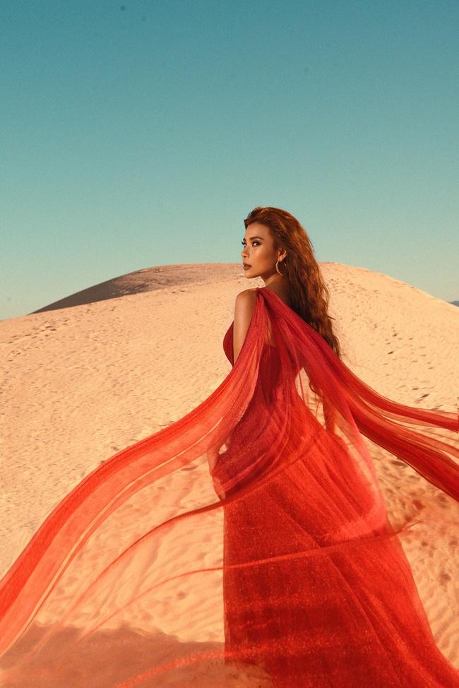 Không ngại thời tiết khắc nghiệt, nắng nóng bỏng rát, Thúy Diễm khoe trọn vẻ đẹp hoang dã, đầy quyến rũ trên đồi cát - Ảnh 12. Thúy Diễm khoe trọn vẻ đẹp hoang dã, quyến rũ trên đồi cát