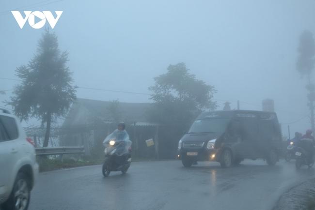 Nhiệt độ xuống 7 độ C, Sa Pa chìm trong sương mù, rét tê tái - Ảnh 1.