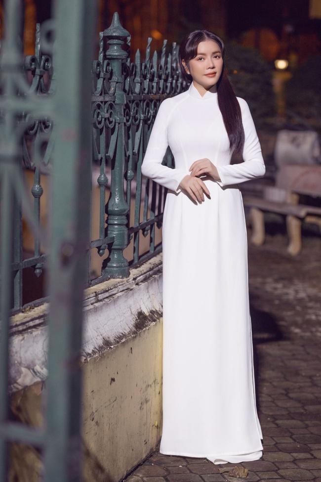 Lý Nhã Kỳ gây thương nhớ khi diện áo dài trắng nền nã - Ảnh 1.