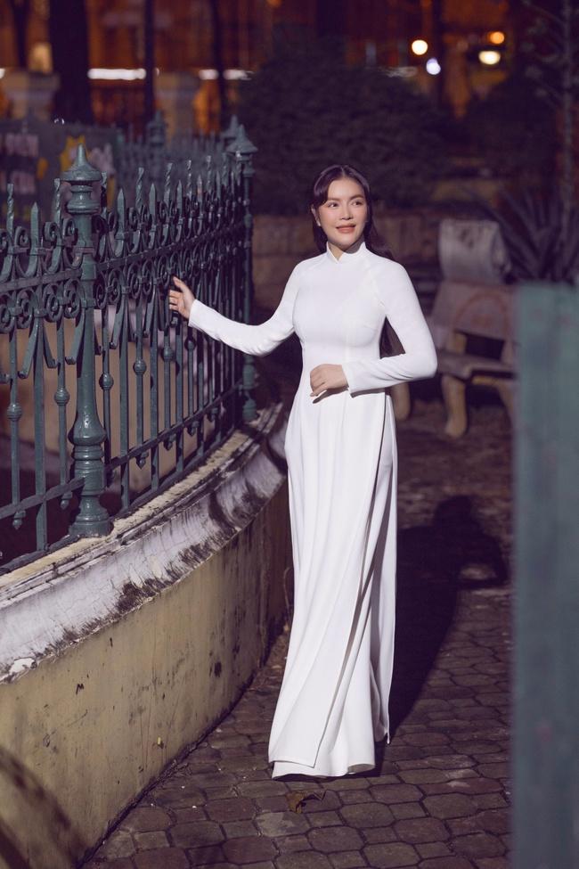 Lý Nhã Kỳ gây thương nhớ khi diện áo dài trắng nền nã - Ảnh 2.