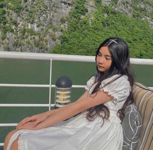 Gia đình Quyền Linh lại cùng nhau vi vu trên vịnh Hạ Long, chị em Lọ Lem - Hạt Dẻ khoe nhan sắc mơ màng như tiểu tiên nữ giữa biển - Ảnh 2.