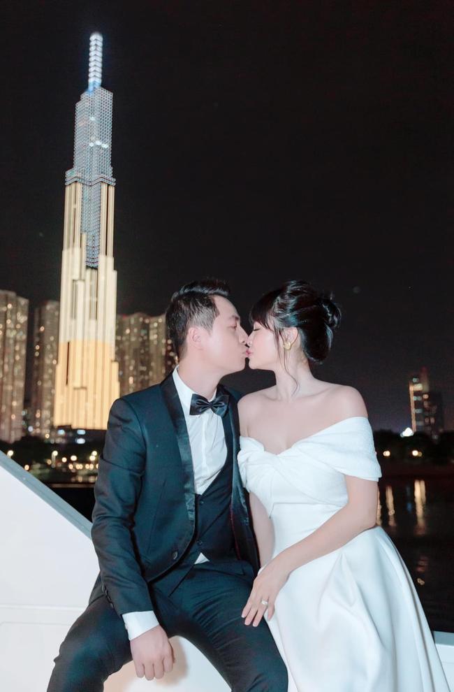 """Đăng Khôi đăng ảnh khóa môi vợ cùng dòng chú thích: """"Nàng nắm tay ta, theo ta nửa đời phiêu bạt, ta hôn mắt nàng, che nàng nửa kiếp lênh đênh""""."""