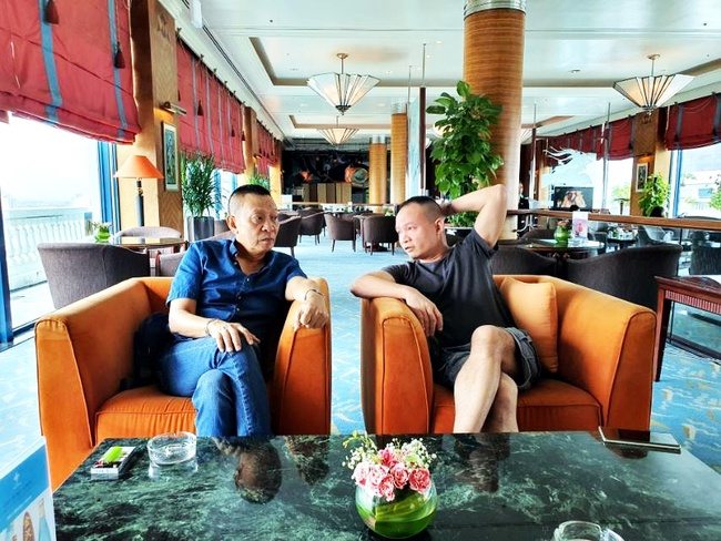 """Nhà báo Lại Văn Sâm gây chú ý với khuôn mặt """"khó nịnh"""" khi ngồi cạnh con trai, cuộc tâm sự giữa hai người đàn ông khiến ai cũng chú ý - Ảnh 2."""