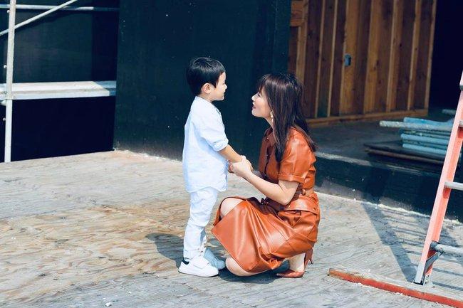 Bà xã Đan Trường khoe ảnh con trai yêu giúp mẹ trang trí nhà, ai cũng choáng ngợp với nội thất của căn biệt thự xa hoa - Ảnh 5.