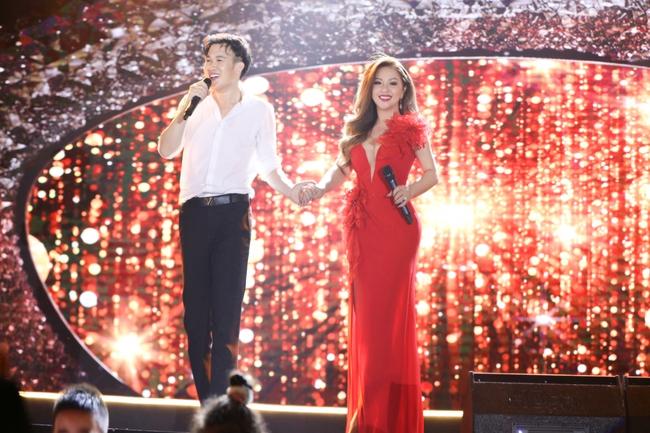 Tái hợp Dương Triệu Vũ sau 15 năm, Minh Tuyết diện váy đỏ rực khoét trên xẻ dưới  - Ảnh 10.