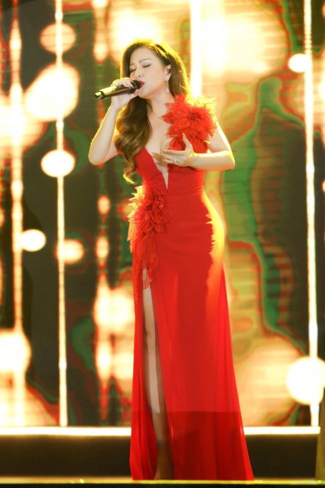 Tái hợp Dương Triệu Vũ sau 15 năm, Minh Tuyết diện váy đỏ rực khoét trên xẻ dưới  - Ảnh 6.