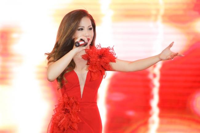 Tái hợp Dương Triệu Vũ sau 15 năm, Minh Tuyết diện váy đỏ rực khoét trên xẻ dưới  - Ảnh 5.