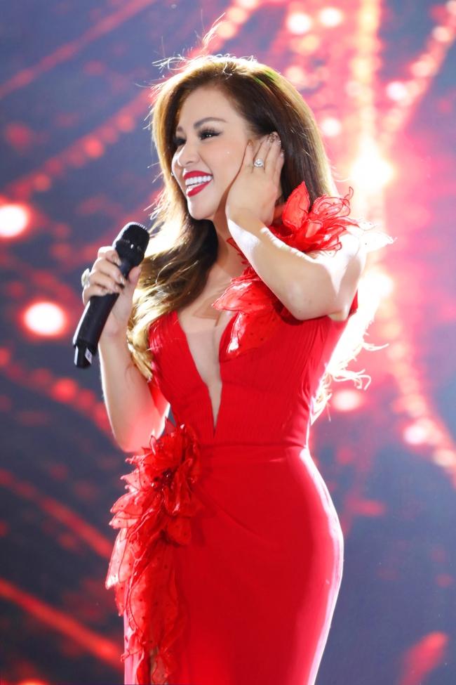 Tái hợp Dương Triệu Vũ sau 15 năm, Minh Tuyết diện váy đỏ rực khoét trên xẻ dưới  - Ảnh 4.