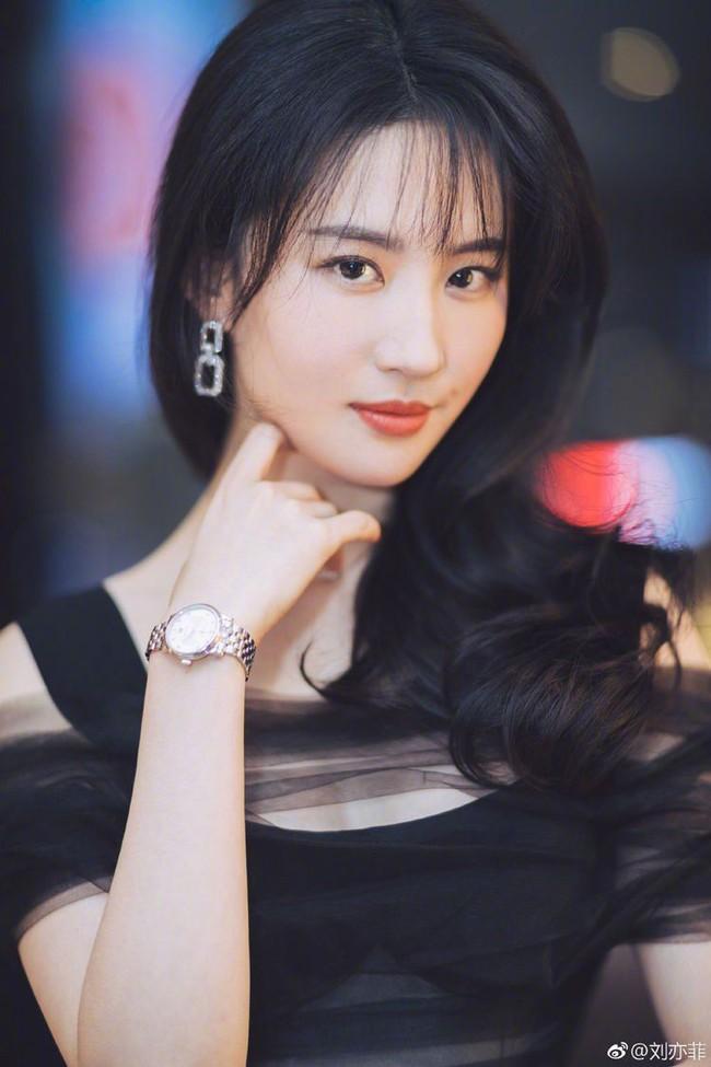 Triệu Lệ Dĩnh - Lưu Diệc Phi - Lưu Thi Thi cùng làm Nữ thần Kim Ưng, netizen phát hiện điểm chung gây sửng sốt - Ảnh 4.