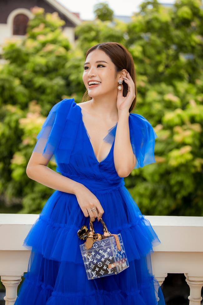 Hoa hậu Phan Hoàng Thu xúng xính váy áo đi chấm thi nhan sắc  - Ảnh 3.