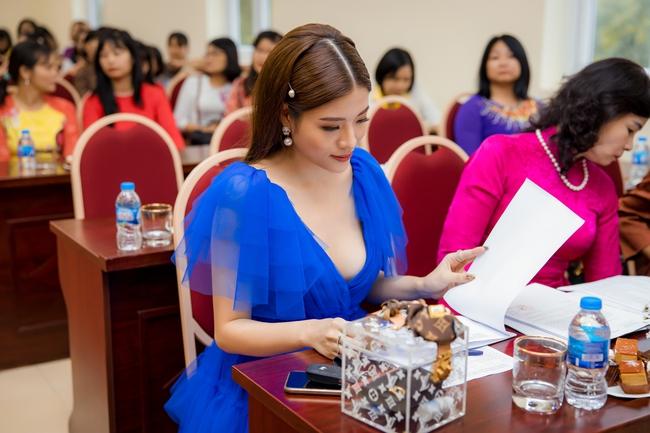 Hoa hậu Phan Hoàng Thu xúng xính váy áo đi chấm thi nhan sắc  - Ảnh 2.