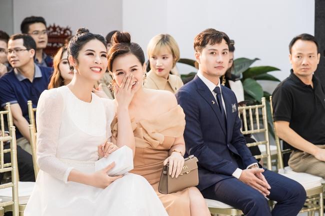 Hoa hậu Ngọc Hân diện váy trắng tinh khôi, lần đầu xuất hiện sau khi tiết lộ về kế hoạch kết hôn và sinh con - Ảnh 2.