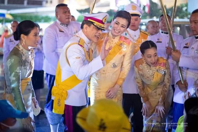 Không chỉ khẳng định vị trí vững chắc trong hậu cung, Hoàng hậu Thái Lan lại gây chú ý khi cùng lúc nhận 39 bằng danh dự - Ảnh 5.