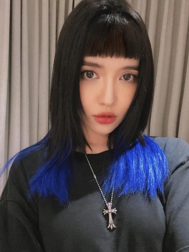 """Bích Phương đăng hình cùng dòng chú thích: """"Tóc mái lắm""""."""