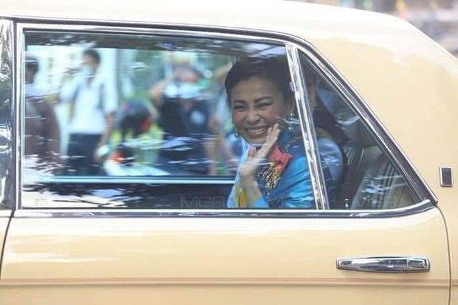 Không chỉ khẳng định vị trí vững chắc trong hậu cung, Hoàng hậu Thái Lan lại gây chú ý khi cùng lúc nhận 39 bằng danh dự - Ảnh 4.