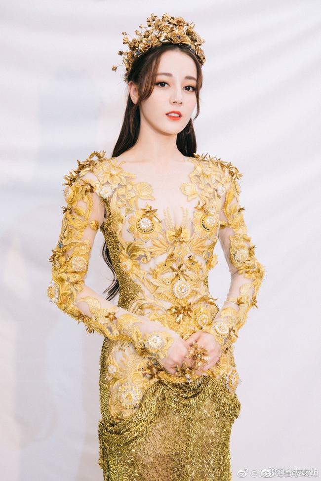 Tống Thiến mặc xấu kinh hoàng, Nữ thần Kim Ưng đẹp mê mẩn Địch Lệ Nhiệt Ba lại xuất hiện rầm rộ - Ảnh 6.