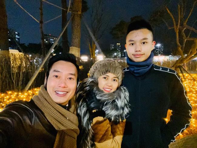 """MC Hoa Thanh Tùng có cậu con trai """"sao y bản chính"""", học ở trường quốc tế với mức học phí """"dân thường"""" nghe xong ngất xỉu - Ảnh 2."""