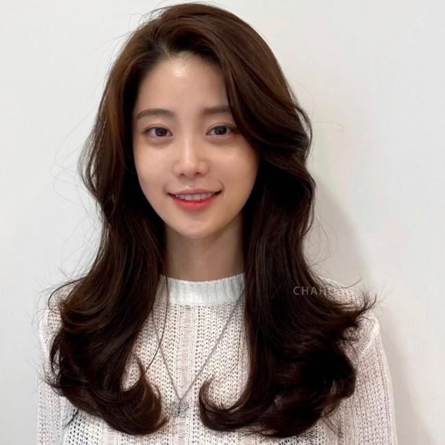 Thử đi làm tóc ở 1 tiệm của người Hàn, tôi đã học được cách sấy phồng cụp đẹp mê tơi mà không cần lược tròn  - Ảnh 1.