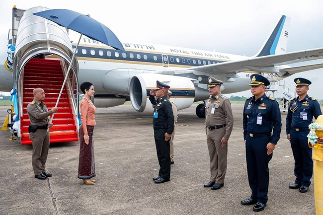 Hoàng quý phi Thái Lan lần đầu thực hiện nhiệm vụ hoàng gia một mình sau khi phục vị, tạo ấn tượng mạnh mẽ nhưng để lộ chi tiết gây khó hiểu - Ảnh 1.