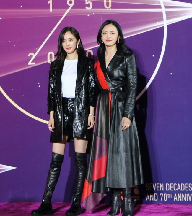 Dương Mịch sánh bước cùng đàn chị Diêu Thần trên thảm đỏ. Nhan sắc của hai cựu sinh viên đình đám học viện Điện ảnh Bắc Kinh khiến mọi người trầm trồ khen ngợi.