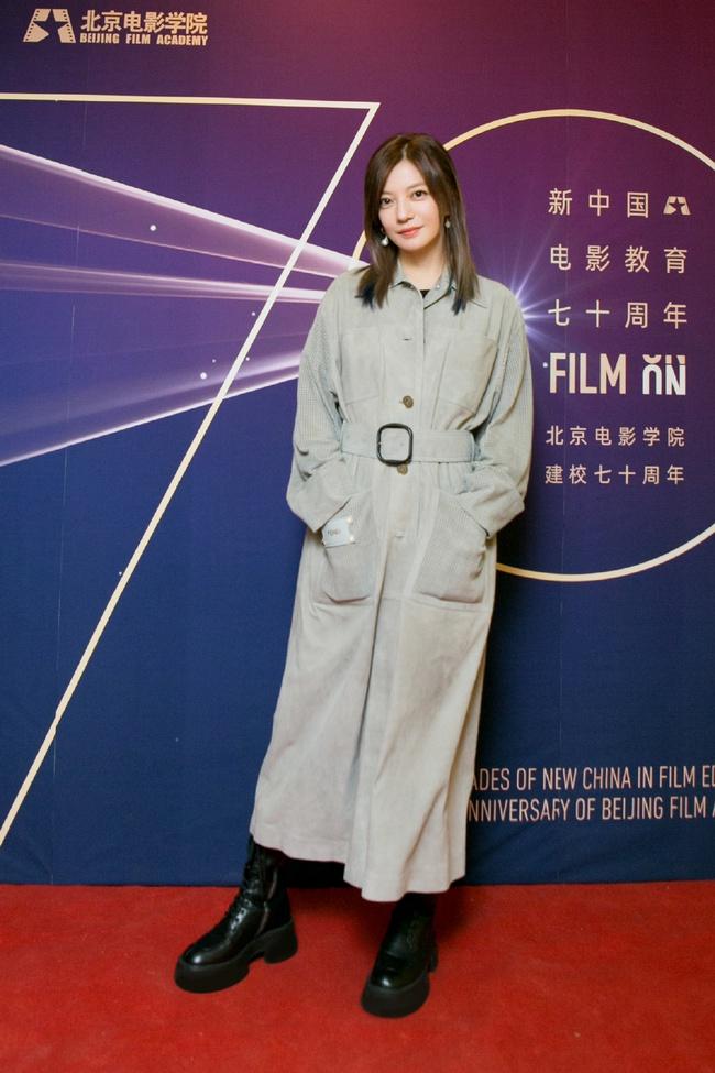 Triệu Vy xuất hiện với phong cách đơn giản khi quay lại trường xưa.
