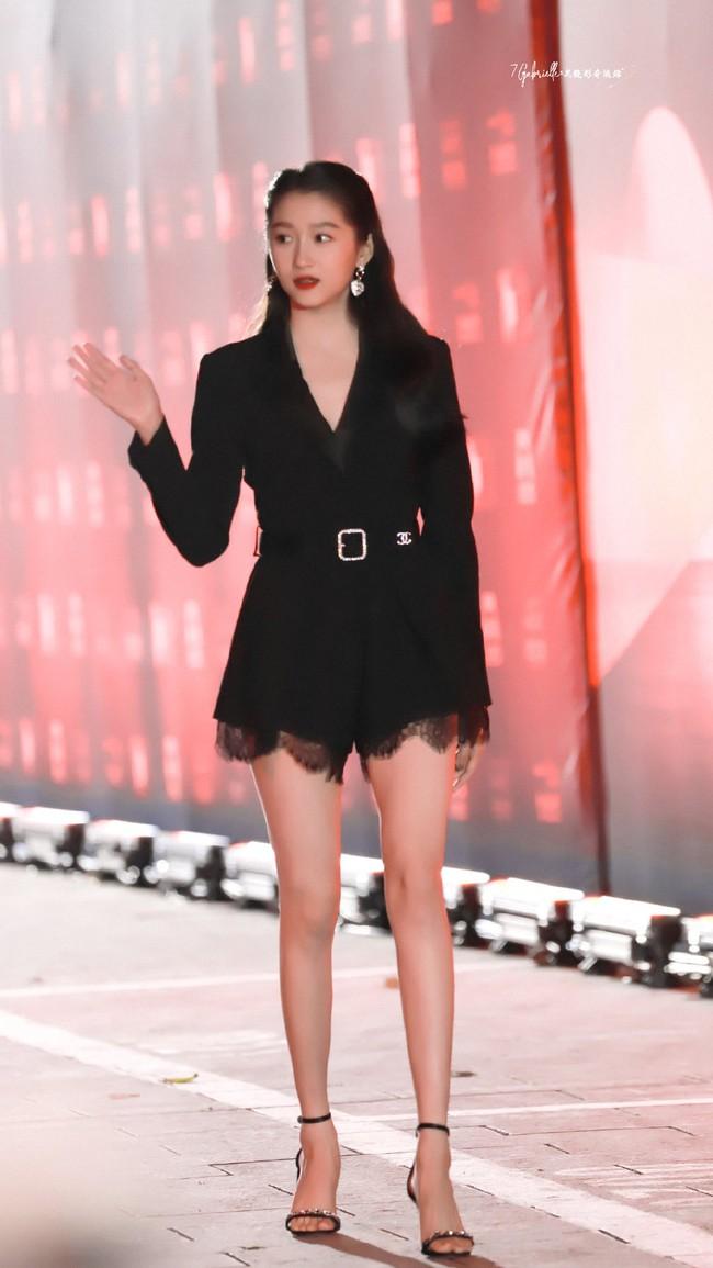 Quan Hiểu Đồng ngày càng xinh đẹp và quyến rũ hơn, đặc biệt đôi chân thon dài chiếm trọn spotlight.