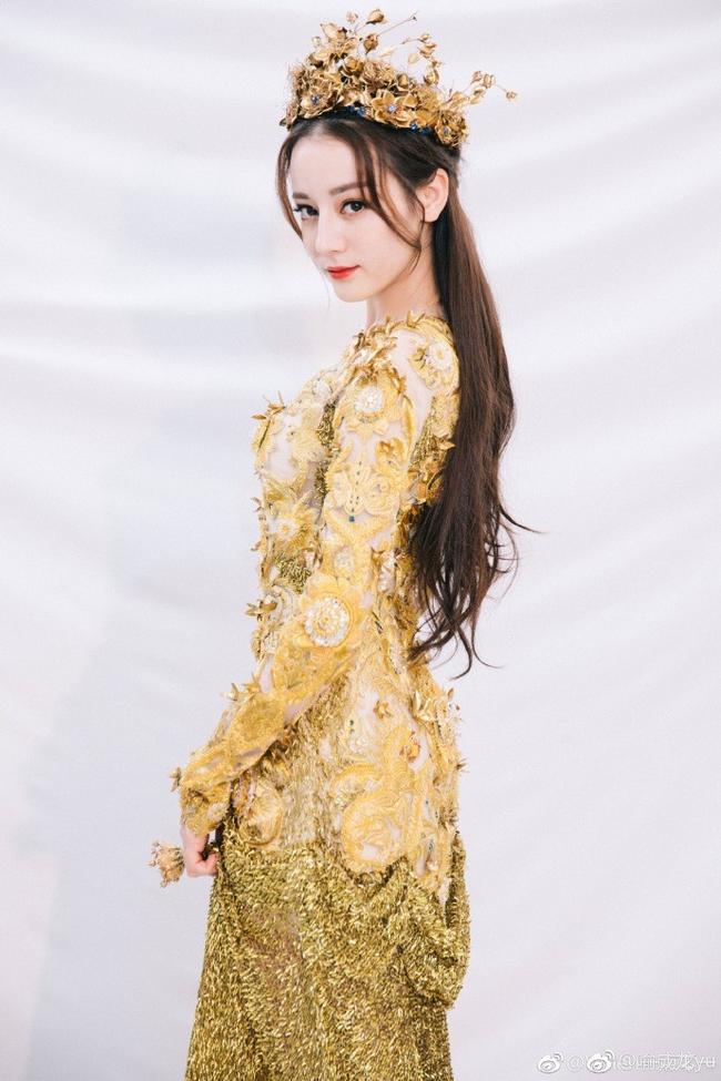 Tống Thiến mặc xấu kinh hoàng, Nữ thần Kim Ưng đẹp mê mẩn Địch Lệ Nhiệt Ba lại xuất hiện rầm rộ - Ảnh 8.