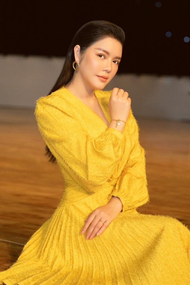 Lý Nhã Kỳ gợi cảm đọ dáng Đoan Trang trên ghế nóng, khéo léo tinh tế khi làm giám khảo - Ảnh 4.