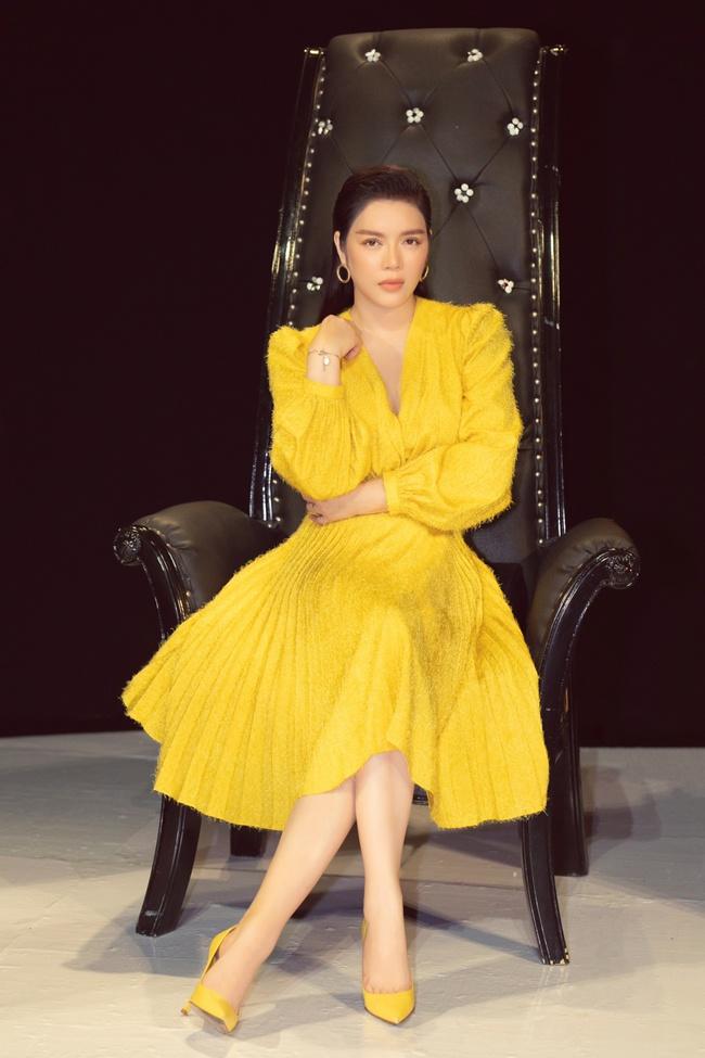 Lý Nhã Kỳ gợi cảm đọ dáng Đoan Trang trên ghế nóng, khéo léo tinh tế khi làm giám khảo - Ảnh 5.
