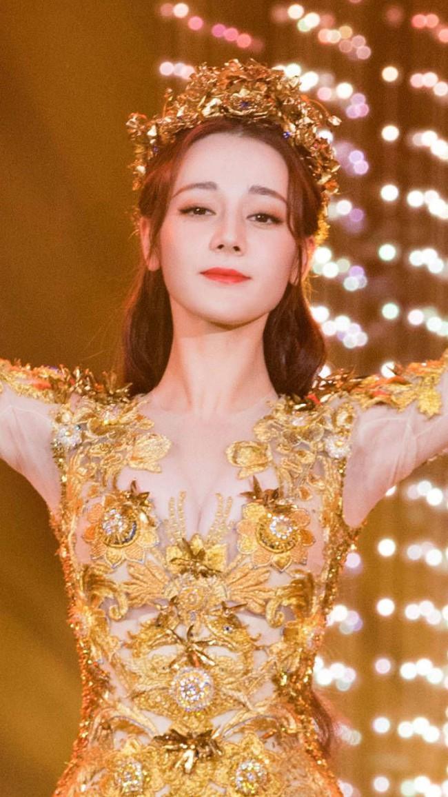 Tống Thiến mặc xấu kinh hoàng, Nữ thần Kim Ưng đẹp mê mẩn Địch Lệ Nhiệt Ba lại xuất hiện rầm rộ - Ảnh 9.