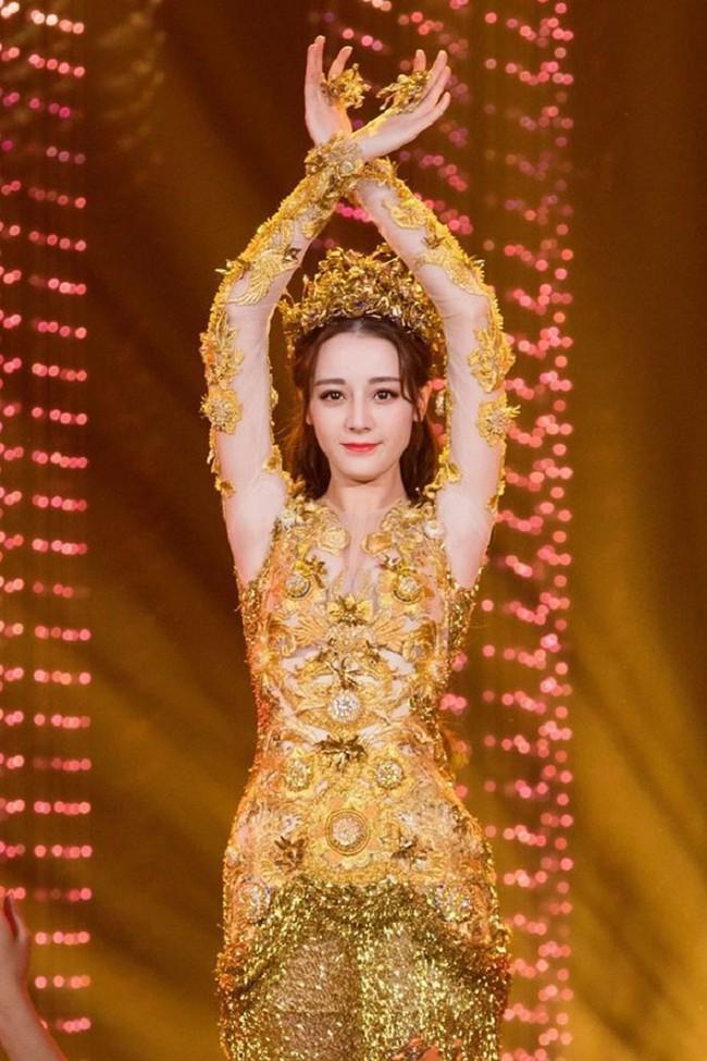 Tống Thiến mặc xấu kinh hoàng, Nữ thần Kim Ưng đẹp mê mẩn Địch Lệ Nhiệt Ba lại xuất hiện rầm rộ - Ảnh 10.